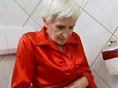 Oma Titten lassen sich geil kneten