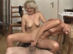 Bisexueller Porno mit geiler lesbischer Oma