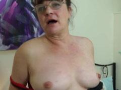 Eine geil masturbierende Oma in einem Porno