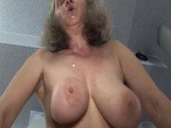 Oma hat grosse natur Brüste
