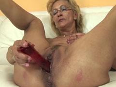 Oma mit Dildo im neuen Grannyporno