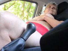 Omasex im Auto an der Strasse