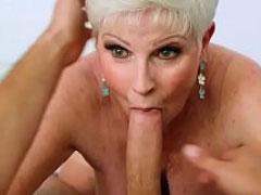 Hübsche Oma bläst jungen Schwanz