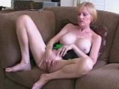 Dickbusige Oma masturbiert