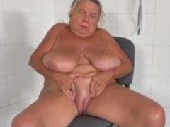 Oma masturbiert und zeigt ihre rasierte Fotze