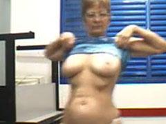 Oma stript und zeigt euch ihren geilen Körper