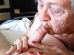 Oma traniert ihre alte Mundfotze