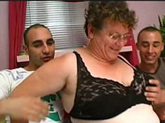 Geile Party Oma von zwei Türken gefickt