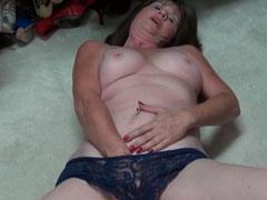 Oma fingert sich am Boden liegend