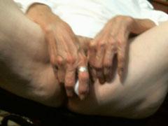 Oma masturbiert am Schreibtisch