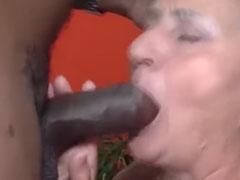 Schwarzer fickt Oma hart durch