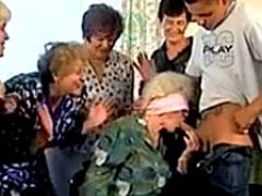 Oma Blowjobporno mit geilen Grannies