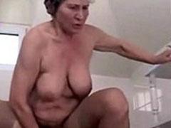 Oma reitet beim Sex gern harte Schwänze