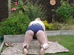 Oma liebt Sex im Garten