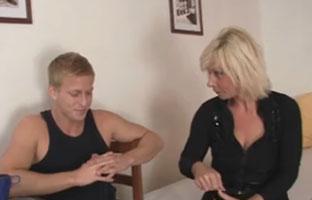 Junger Mann fickt Oma durch