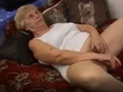 Oma fickt ihren Dildo