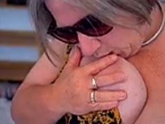 Oma mit dicken Titten im Porno