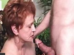 Oma schluckt Sperma