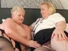 Zwei fette alte Lesben im Bett