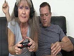 Jungschwanz fickt Oma auf der Couch