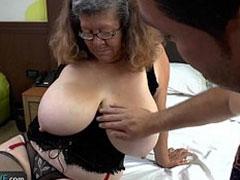 Dicke grosse Titten hat die Oma hier