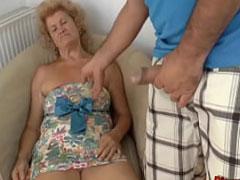 Sexy Oma vom Nachbarn geweckt und gefickt