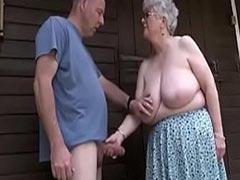 Heisser Oma Blowjob im Hof