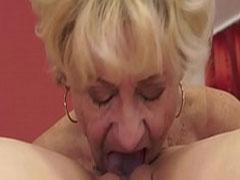 Oma fickt Mädchen in diesem Lesben Porno