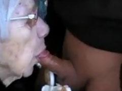 Oma lutscht Jungschwanz im neuen Amateur Porno